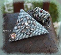 Pendentif Hiroko   la bélière est réalisée en peyote rebrodé et le triangle incrusté de toupies 3mm