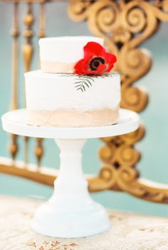 Chic wedding cake with poppy | Callie Manion Photography | see more on: http://burnettsboards.com/2015/07/retro-glam-bridals/