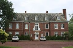 """""""Charlton Hall"""", built for David Dows by Horace Trumbauer in 1916 in Brookville (though I think it's now within the boundaries of Muttontown). Country Home Exteriors, American Mansions, Foo Dog, Classic Architecture, Amazing Buildings, Historic Homes, Wealthy People, British Country, Kent England"""