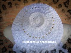 Boina em croche de lã com aplicação