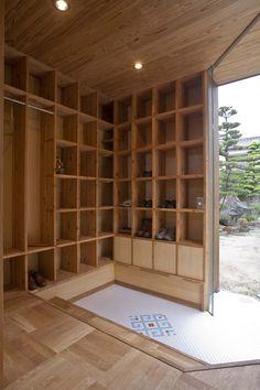 Shelf Pod: House of Storage in Japan — Dezeen Japanese Home Design, Japanese Interior, Japanese House, Japanese Style, Asian House, Casa Patio, Asian Home Decor, Japan Design, House Entrance