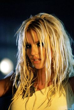 Britney Spears is the Queen. Best make-up and hair in this video. I want to look like this.