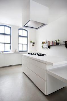 Industriële design keuken, mat wit gespoten. Super trendy i.c.m. de beton cire vloer!
