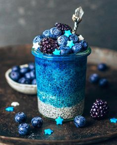 Ocean blue vegan OMBRÉ ALMOND CINNAMON CHIAPUDDING and some black- & blueberries on top Just used blue matcha for this special color (Available in bluechai shop) Simply stir the blue matcha powder into the almond milk & chia seeds! Cute Desserts, Delicious Desserts, Yummy Food, French Desserts, Cinnamon Almonds, Blue Food, Aesthetic Food, Smoothie Bowl, Yummy Drinks