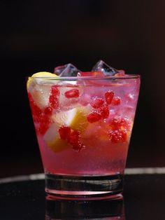 Grenandyna - sekret idealnego drinka. Sprawdź nasze 3 przepisy na bazie syropu z granatu: http://www.zyjintensywnie.pl/smakuje-na-rozowo/