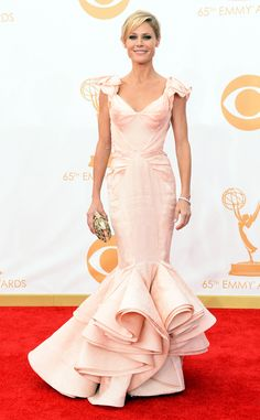 Julie Bowen wowed in Zac Posen! I love this dress! It is elegant and unique. I love the drama with the ruffles on the sleeves and the bottom. Beautiful!!