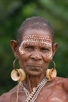 A stunning elderly woman from Karawari, East Sepik Province, Papua New Guinea www.papuanewguinea.travel/eastsepik