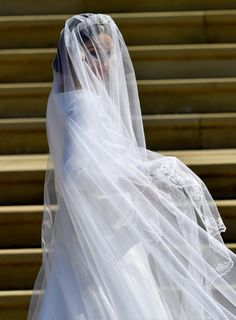 Meghan Markle Photos - Meghan Markle arrives at St George's Chapel at Windsor Castle for her wedding to Prince Harry on May 2018 in Windsor, England. Harry And Meghan Wedding, Harry Wedding, Prince Harry And Megan, Princess Style Wedding Dresses, Royal Wedding Gowns, Royal Weddings, Dress Wedding, Prince William Young, Prince William Girlfriends