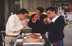 found on we heart it friends friendstvshow pizza source: None Friends Tv Show, Serie Friends, Friends Cast, Friends Moments, Best Friends, Happy Friends, Friends Trivia, Joey Friends, Ross Geller