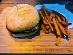Sesame vegan burger and sweet potatoe fries @Der Fette Bulle, Frankfurt