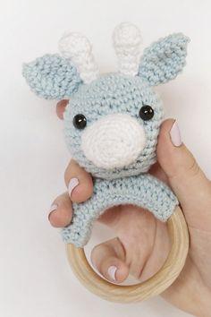 Jeg elsker giraffer og elsker at hækle legetøj. Denne hæklede giraf på bidering er en ideel gave til småbørn. Køb hækleopskriften for en 10'er her. Crochet Toys, Crochet Baby, Wooden Animals, Small Baby, Baby Knitting Patterns, Baby Toys, Baby Gifts, Cute Animals, Children