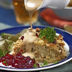 Vegetarisk kålpudding med gräddsås och lingon
