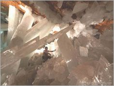 Amazing~Cave of the Crystals or Giant Crystal Cave is a cave connected to the Naica Mine 980 ft below the surface in Naica,Chihuahua, Mexico. Large Crystals, Stones And Crystals, Selenite Crystals, World's Most Beautiful, Beautiful Places, Amazing Places, Mexican Desert, Gypse, Pamukkale
