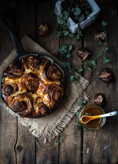 Apple and chestnut rolls with sage caramel and video on how to make cinnamon knots | Gourmantine