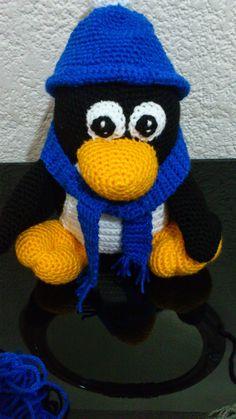 Pingüino con Gorra y Bufanda - Patrón Gratis en Español aqui: http://novedadesjenpoali.blogspot.com.es/2014/09/patron-pinguino-con-gorra-y-bufanda.html