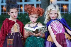 Lots of inspiration, diy & makeup tutorials and all accessories you need to create your own DIY Hocus Pocus Costume for Halloween. Halloween Costumes For Sisters, Trio Costumes, Spirit Halloween, Costume Ideas, Hocus Pocus Costume, Vintage Witch, Travel Humor, Vintage Holiday, Animal Tattoos