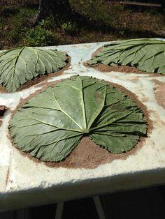 Guide: Så skapar jag ett fågelbad i betong | Betongfarmor.se Concrete Leaves, Blogg, Guide, Stepping Stones, Diy And Crafts, Plant Leaves, Outdoor Decor, Plants, Inspiration