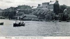 Ein Boot fährt 1906 auf der Alster vor dem Clubhaus vom Hamburger und Germania Ruderclub.