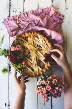 Apple Pie with Rosemary Buttermilk Crust … Apfelkuchen mit Rosmarin-Buttermilch-Kruste … Tart Recipes, Baking Recipes, Dessert Recipes, Sweet Pie, Sweet Tarts, Just Desserts, Delicious Desserts, Birthday Pies, Pie Crust Designs