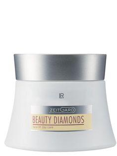 Zeitgard Beauty Diamonds Dagkräm. En effektiv liopeptid stödjer hudens eget skyddssystem, så att rynkorna syns mindre. En kombination av verksamma ämnen förbättrar hudbilden och hjälper huden egna regenereringen. En innovativ hexapeptid vårdar huden. Den smidiga texturen absorberas snabbt och ger en omedelbar lifting effekt. Med Matryxyl 3000, en syntetisk peptid som en har stimulerande effekt på collagen- och hyaluronsyntesen.