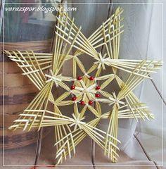 Ennek a 37 cm átmérőjű szalmacsillagnak a leírására a neten botlottam bele… Straw Weaving, Paper Weaving, Weaving Art, Basket Weaving, Straw Crafts, Fun Crafts, Christmas Crafts, Arts And Crafts, Handmade Christmas Tree