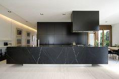 modèle de cuisine noire et marbre avec îlot central design