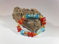 Putziges Bärchen-Armband, handgefertigtes Einzelstück, Länge ca. 19 mm, 4 rote Mini-Bären aus Glas ca. 20 mm lang, blaue Glasperlen 12 mm, Elastikband