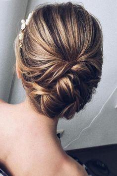 Beautiful half up half down wedding hairstyle idea #weddinghair #hairstyle #updo #halfuphalfdown #hairupdoideas #hairideas #bridalhair #messyupdohair #weddinghairstyles #hairstyles #hairsideas