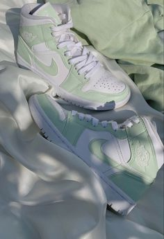 Dr Shoes, Nike Air Shoes, Hype Shoes, Me Too Shoes, White Nike Shoes, Green Nike Shoes, Green Converse, Nike Air Jordans, Jordan Shoes Girls