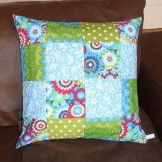 Housse de coussin en patchwork turquoise et anis fleurie