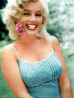 On Thursday, February she obtained order from the City Court of the State of New York to legally change her name from Norma Jeane Mortenson to Marilyn Monroe. Marilyn Monroe, Divas, Hollywood Glamour, Hollywood Stars, Hollywood Usa, Most Beautiful Women, Beautiful People, Beautiful Teeth, Pin Up