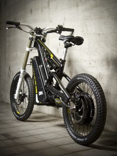 The garage-built EMX – electric motocross soul in a mountain bike's body The EMX travels up to 81 miles km) per charge (Street version) Electric Dirt Bike, Best Electric Bikes, Electric Mountain Bike, Motocross Bikes, Cycling Bikes, Cycling Art, Cycling Jerseys, Moto Bike, Motorcycle Bike