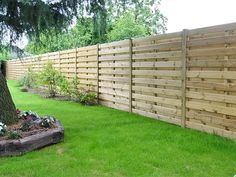Diy Garden Fence, Backyard Garden Design, Backyard Fences, Wood Privacy Fence, Pallet Fence, Small Front Yard Landscaping, Building A Fence, Diy Deck, Decks And Porches