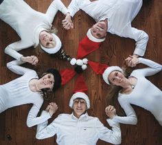 10 Ideas for Making Personal Christmas Photo Cards A family wearing christmas hats posing in a circle on the floor- christmas pictures ideas Christmas Ecards, Funny Christmas Cards, Christmas Minis, Christmas Photo Cards, Tacky Christmas, Christmas Quotes, Christmas Trees, Holiday Cards, Xmas Photos