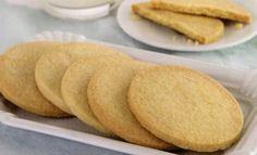 Tereyağlı Bisküvi Tarifi – Kurabiye Tarifleri www.nefispratikyemektarifleri.comsitemizde bulunan kurabiye tarifleri kategorisine hayran kalacaksınız. Tamamı denenmiş kurabiye tarifleri ve daha pek çok nefis yemek tarifleri için sizler de sitemizi günlük takip edebilir ve sosyal medya hesaplarınızdan beğendiğiniz tarifleri paylaşabilirsiniz. Malzemeler 100 gr. toz şeker 225 gr. elenmiş sade un (Ayrıca biraz da üzerine serpmek için) 150 … Turkish Tea, Tea Time Snacks, Shortbread, Hot Dog Buns, Cake Recipes, Deserts, Food And Drink, Yummy Food, Favorite Recipes