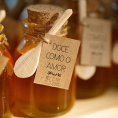 Jars of honey with a personalized tag Wedding Favours, Diy Wedding, Party Favors, Wedding Day, Honey Packaging, Deco Table, Wedding Goals, Simple Weddings, Marry Me