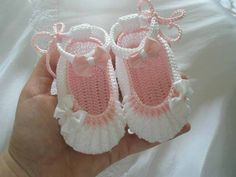 Best 12 white knitted booties with bow ties Crochet Baby Sandals, Crochet Baby Clothes, Crochet Shoes, Crochet Bebe, Cute Crochet, Crochet For Kids, Knitted Booties, Knitted Slippers, Gestrickte Booties