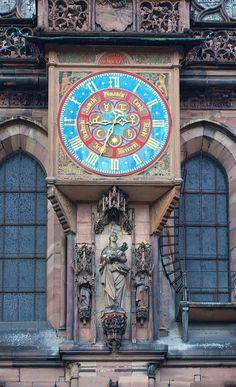 Die Uhr am Straßburger Münster gegenüber dem Palais Rohan