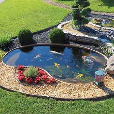 Dimensioni Lunghezza 350 x 225 cm Profondità 100 cm Capacità lt. Patio Pond, Diy Pond, Pond Landscaping, Ponds Backyard, Fish Pond Gardens, Small Water Gardens, Garden Pond Design, Outdoor Ponds, Goldfish Pond