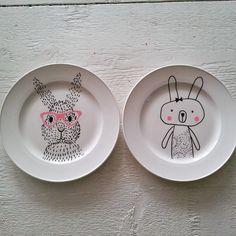 Latest Absolutely Free clay pottery painting Thoughts Porzellanstifte werden in Deutschland immer beliebter, und das ist auch gut so. Es macht nämlich u Ceramic Cafe, Ceramic Pottery, Ceramic Painting, Diy Painting, Arte Sharpie, Porcelain Pens, Pottery Painting Designs, Paint Your Own Pottery, Pottery Making