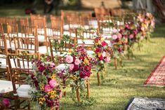 Casamento ao ar livre: arranjo suspenso à cadeira