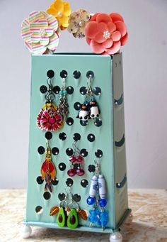 Easy Homemade Earring Holder from an Old Cheese Grater! - Easy Homemade Earring Holder from an Old Cheese Grater! Homemade Earring Holder using an Upcycled Cheese Grater! An inexpensive and eco friendly craft idea with a purpose! Easy Homemade Gifts, Homemade Crafts, Diy Gifts, Homemade Jewelry, Diy Jewelry, Jewelry Sets, Vintage Jewelry, Homemade Halloween, Upcycled Crafts