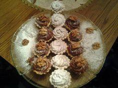 Diós kosárkák – Az egyik kedvenc sütim! Egyszerű, különleges és mindig jó választás! Hungarian Cake, Hungarian Recipes, Minion, Cereal, Muffin, Dessert Recipes, Food And Drink, Cooking Recipes, Cookies