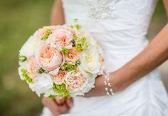 #Nude is #perfect - Wir #lieben #zarte #Töne und unsere #Bräute auch <3 Hier ein #Brautstrauß in #lachs #creme #weiß und #grün - #weddingdecor #bride #bouquet #wedding #ideas #bridebouquet