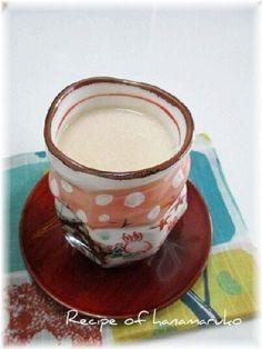 「酒粕で簡単!ほっこり甘酒」麹から作る甘酒に比べて、酒粕なら鍋に入れて煮溶かすだけで、とっても簡単にできます。体の芯からほっこり温まります☆【楽天レシピ】