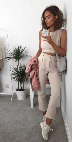 Musa do estilo: Alicia Roddy. Top cropped rosê, calça de alfaiataria rosê, tênis esportivo da nike cinza