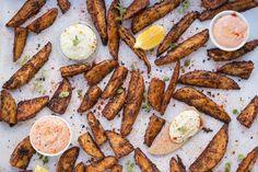 Τραγανές πατάτες φούρνου με μπαχαρικά & 2 λαχταριστές σος Chicken Wings, Sausage, Lunch, Stuffed Peppers, Meat, Cooking, Ethnic Recipes, Food, Kitchen