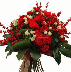buchet Craciun cu mini trandafiri si ilex Creative Flower Arrangements, Floral Arrangements, Bike Baskets, Lei, Blossoms, Bouquets, Christmas Wreaths, Centerpieces, Floral Wreath