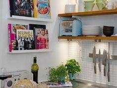 cuisine-blanche-et-bois-étagères-ouvertes-carrelage-mural-blanc