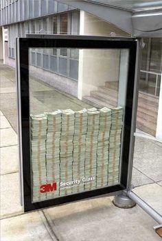 Abri van 3M Security Glass, bewijs dat het glas zo sterk is dat je niet bij het geld kan komen. Creatief!